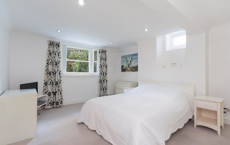 Flat for sale in Garden Flat, Fitzjohns Avenue, Hampstead